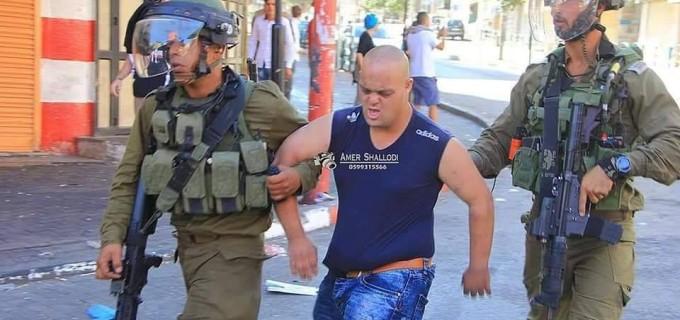 Les soldats d'occupation israéliens arrêtent un jeune palestinien avec le syndrome de Down (Trisomie 21) à Al Khalil, dans le sud de la Cisjordanie