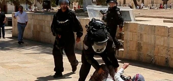 Oui, c'est un soldat de l'armée la plus morale du monde, agresser et humilier une fille palestinienne qui vient de prier à la mosquée d'Al-Aqsa !  Photo prise le vendredi 27 juillet.