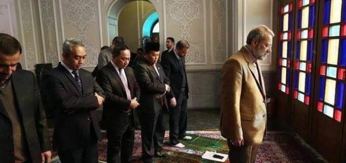 L'IMAGE DU JOUR : Prière du Président du Parlement iranien Ali Larijani et de frères sunnites d'Asie de l'est