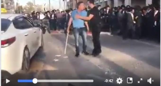 Des dizaines d'israéliens barre la voie à un chauffeur de taxi palestinien et regardez leurs réactions