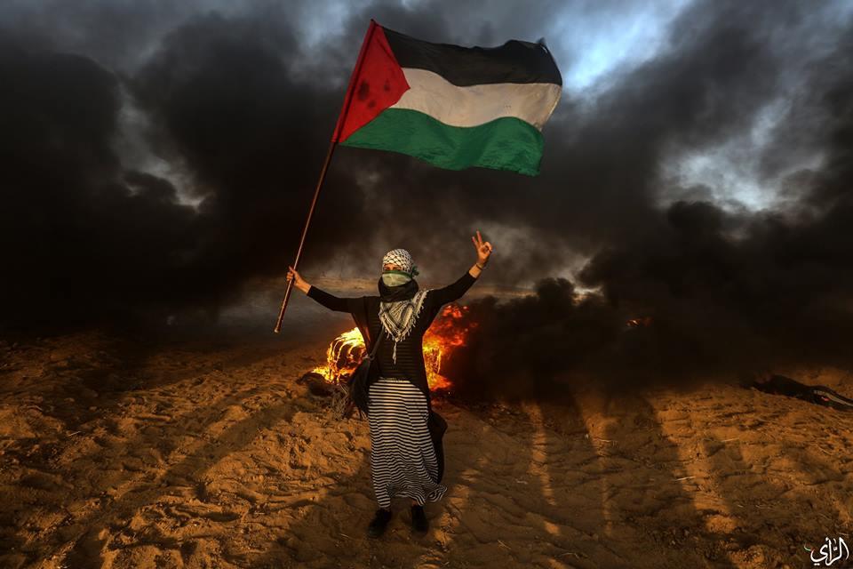 Bien qu'elle ait manifesté pacifiquement à la frontière de Gaza, cette jeune femme palestinienne a été abattue et blessée par des snipers israéliens.