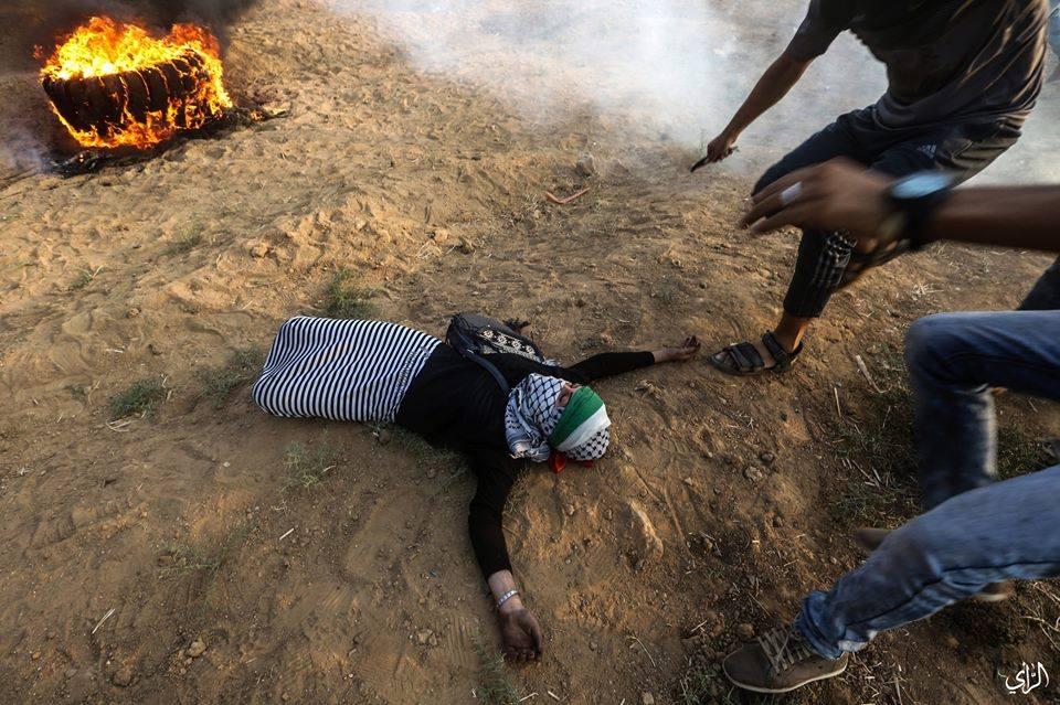 Bien qu'elle ait manifesté pacifiquement à la frontière de Gaza, cette jeune femme palestinienne a été abattue et blessée par des snipers israéliens.1