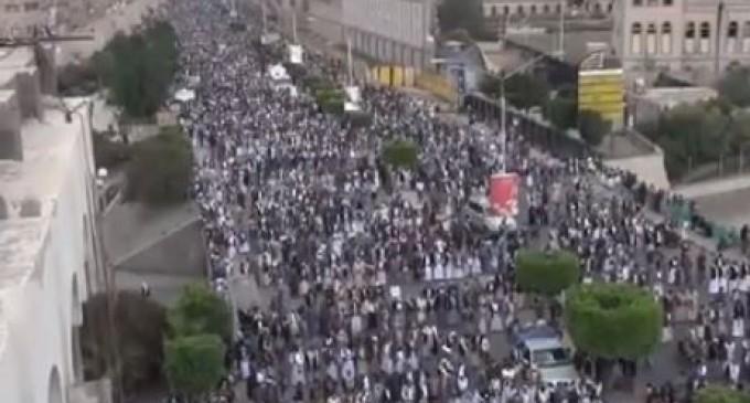 Des milliers de yéménites ont organisé un rassemblement de masse à Sana'a pour dénoncer la guerre de l'Arabie Saoudite sur leur pays.