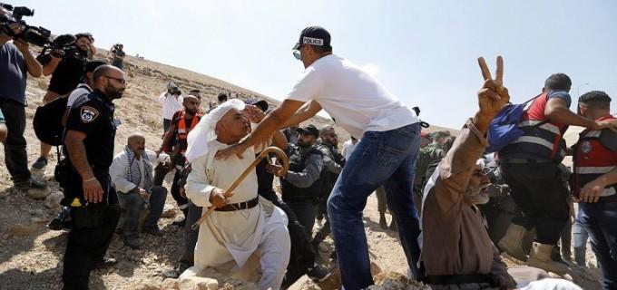Les forces d'occupation israéliennes agressent les manifestants palestiniens et les militants de la solidarité internationale dans le village de Khan Al-Ahmar, à l'est de Jérusalem, aujourd'hui