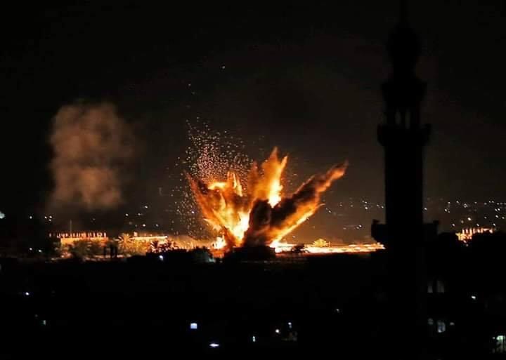 La seule lumière sur Gaza la nuit est la lumière des frappes aériennes israéliennes 1