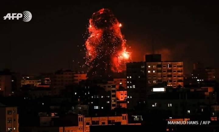 La seule lumière sur Gaza la nuit est la lumière des frappes aériennes israéliennes 3