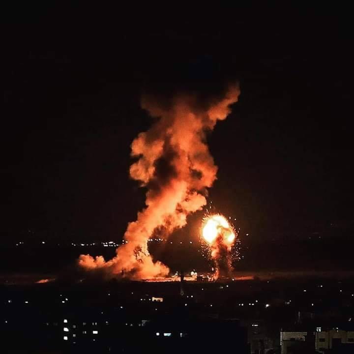 La seule lumière sur Gaza la nuit est la lumière des frappes aériennes israéliennes 4