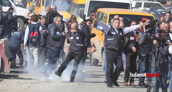 Les forces d'occupation israéliennes tirent des gaz lacrymogènes pour disperser les journalistes mondiaux et palestiniens sur une marche non violente au point de contrôle de Qalandia