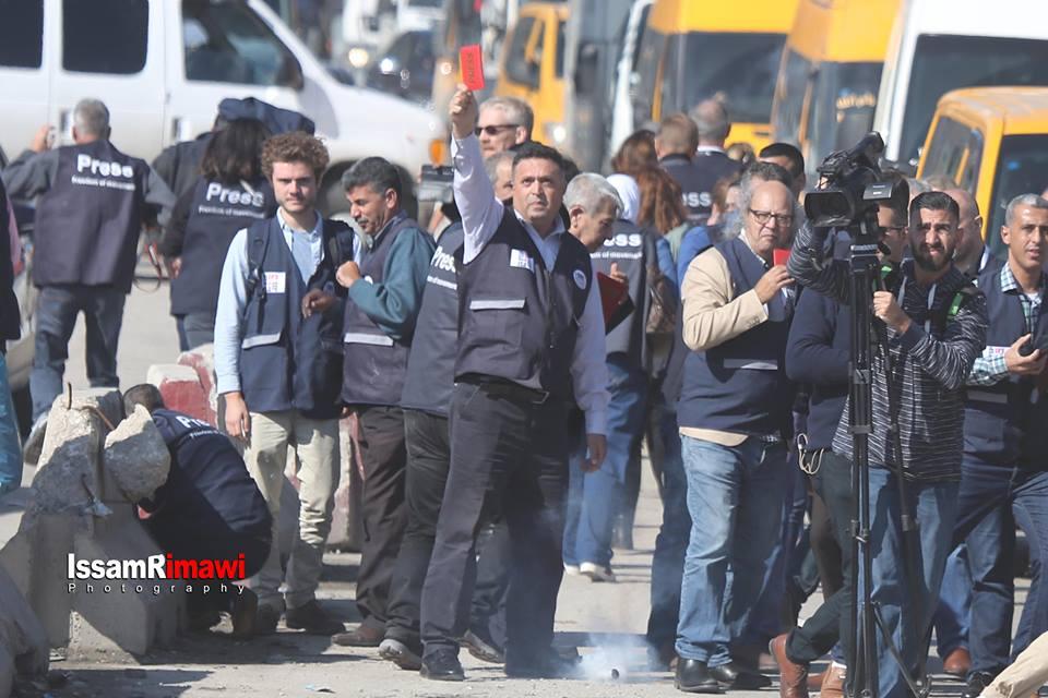Les forces d'occupation israéliennes tirent des gaz lacrymogènes pour disperser les journalistes mondiaux et palestiniens sur une marche non violente au point de contrôle de Qalandia2