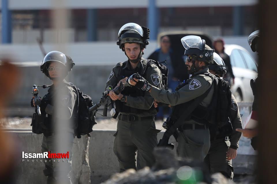 Les forces d'occupation israéliennes tirent des gaz lacrymogènes pour disperser les journalistes mondiaux et palestiniens sur une marche non violente au point de contrôle de Qalandia3
