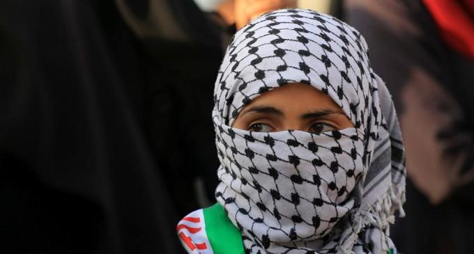 es femmes palestiniennes participent aux manifestations de la Grande Marche du Retour à la frontière de Gaza, hier
