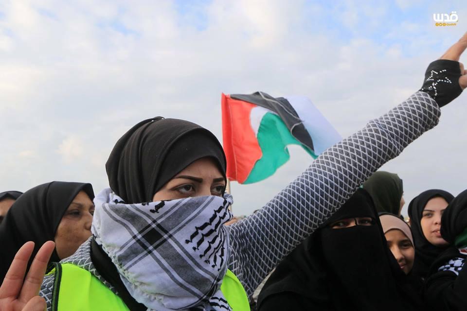 es femmes palestiniennes participent aux manifestations de la Grande Marche du Retour à la frontière de Gaza, hier4