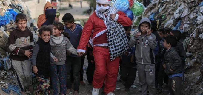 Le Père Noël dessine un sourire sur les visages des enfants de Gaza