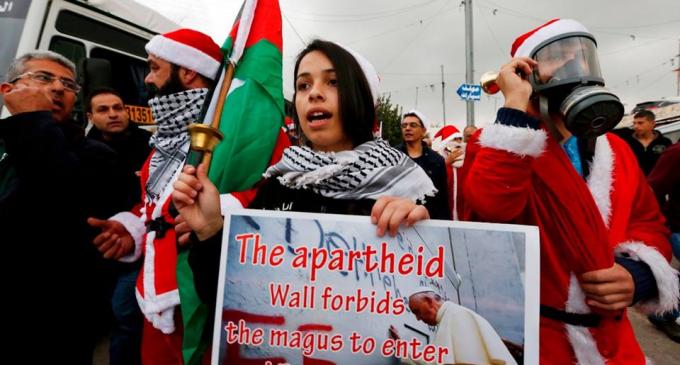 Les Palestiniens prennent part à un rassemblement à Bethléem, dans le sud de la Cisjordanie, pour protester contre les restrictions imposées par les mouvements israéliens, aujourd'hui