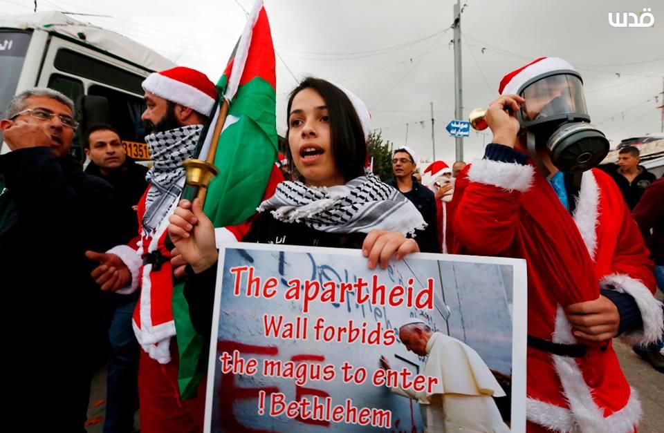 Les Palestiniens prennent part à un rassemblement à Bethléem, dans le sud de la Cisjordanie, pour protester contre les restrictions imposées par les mouvements israéliens, aujourd'hui.