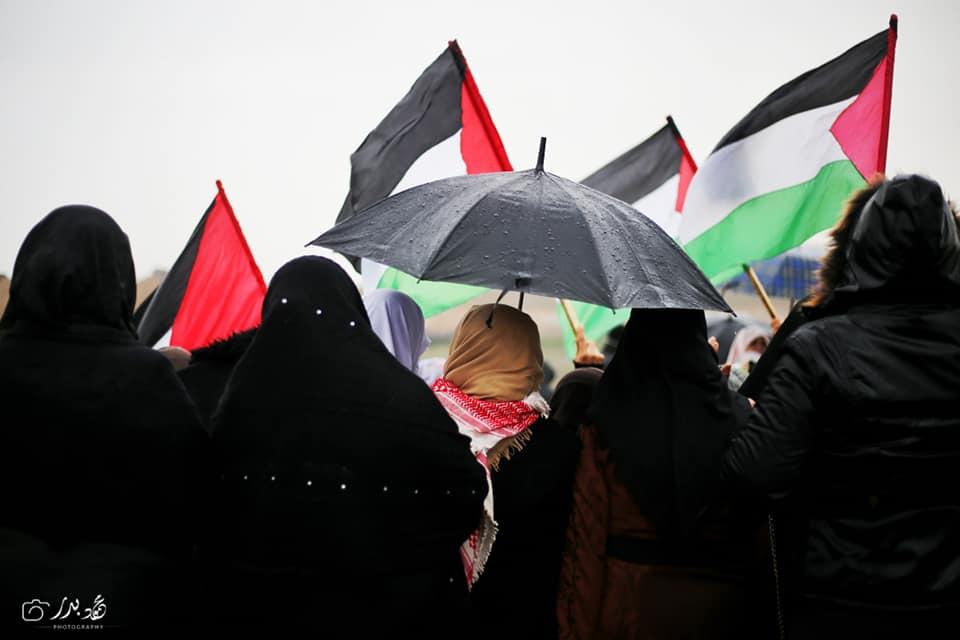 Malgré un temps pluvieux, les femmes palestiniennes prennent part au 40ème vendredi de la Grande Marche du Retour à la frontière de Gaza, aujourd'hui.2
