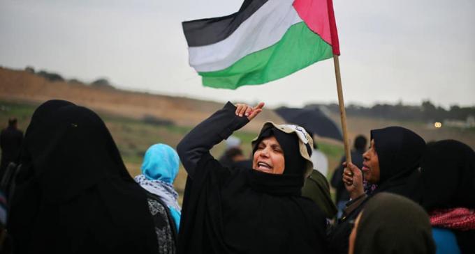 Malgré un temps pluvieux, les femmes palestiniennes prennent part au 40ème vendredi de la Grande Marche du Retour à la frontière de Gaza, aujourd'hui