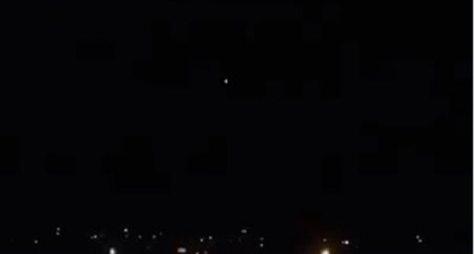 Moment où la Défense Anti-aérienne Syrienne fait face à une agression aérienne israélienne dans le ciel de Damas