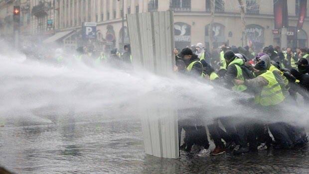 Quelques images des Gilets jaunes qui manifestent partout en France2