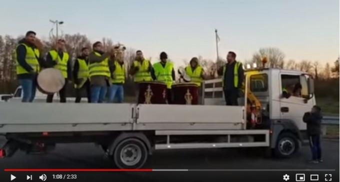 Un groupe folklorique turc chante en soutien des Gilets jaune