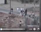 Les Palestiniens D'Al-Khalil (Palestine) sont contraints de marcher sur un chemin étroit…