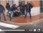 Des hommes de la BAC tabassent un Gilet Jaune à terre.