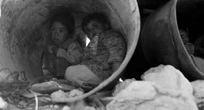 Les enfants palestiniens sans abri doivent faire face à une atmosphère froide d'hiver dans la région de la vallée du Jourdain, en Cisjordanie occupée
