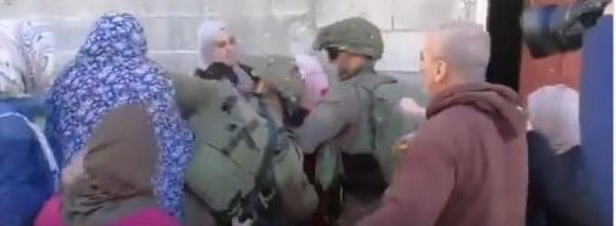 Les soldats de l'occupation israélienne agressent les femmes qui tentent de libérer un enfant