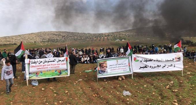 Au moins 4 manifestants palestiniens ont été blessés par des coups de feu israéliens après que des soldats de l'occupation ont attaqué une manifestation dans le village d'al-Mughayer, au Nord-est de Ramallah, contre les attaques israéliennes