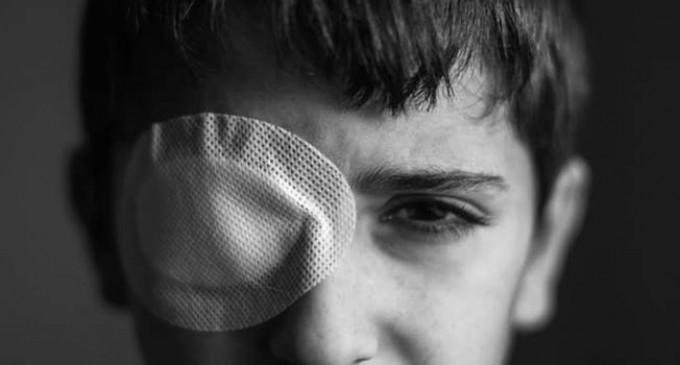 Le jeune Palestinien Mohammed Al-Najjar (12 ans) vit un grave choc psychologique après avoir perdu son œil droit par la balle d'un sniper israélien