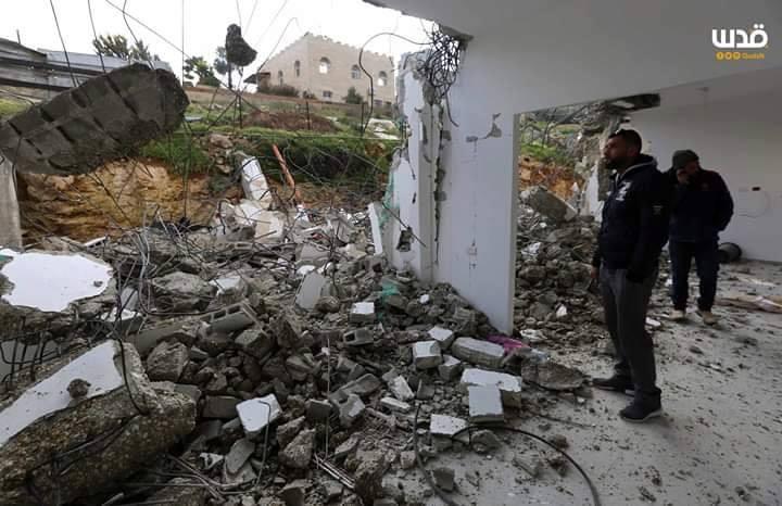 Les membres de la famille Abul-Haija se trouvent sur les décombres de leur maison qui ont été détruits par les forces d'occupationé