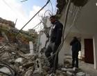 Les membres de la famille Abul-Haija se trouvent sur les décombres de leur maison qui ont été détruits par les forces d'occupation israélienne dans le village de la Cisjordanie d'Al-Walajeh, aujourd'hui