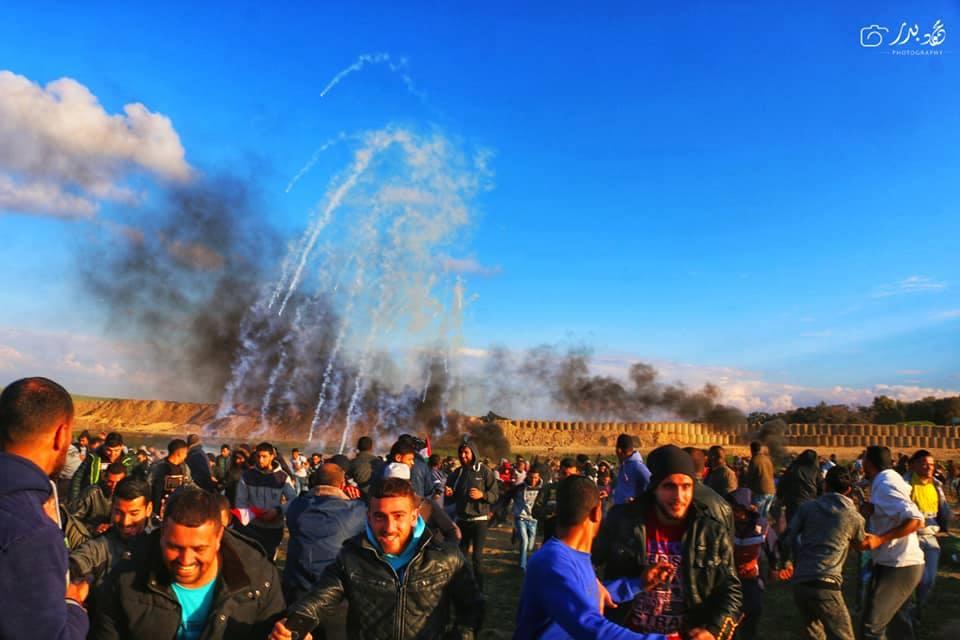 Photos de la Grande MArche du Retour de vendredi montrant de lourdes tirs de gaz lacrymogène sur les manifestants Palestiniens.