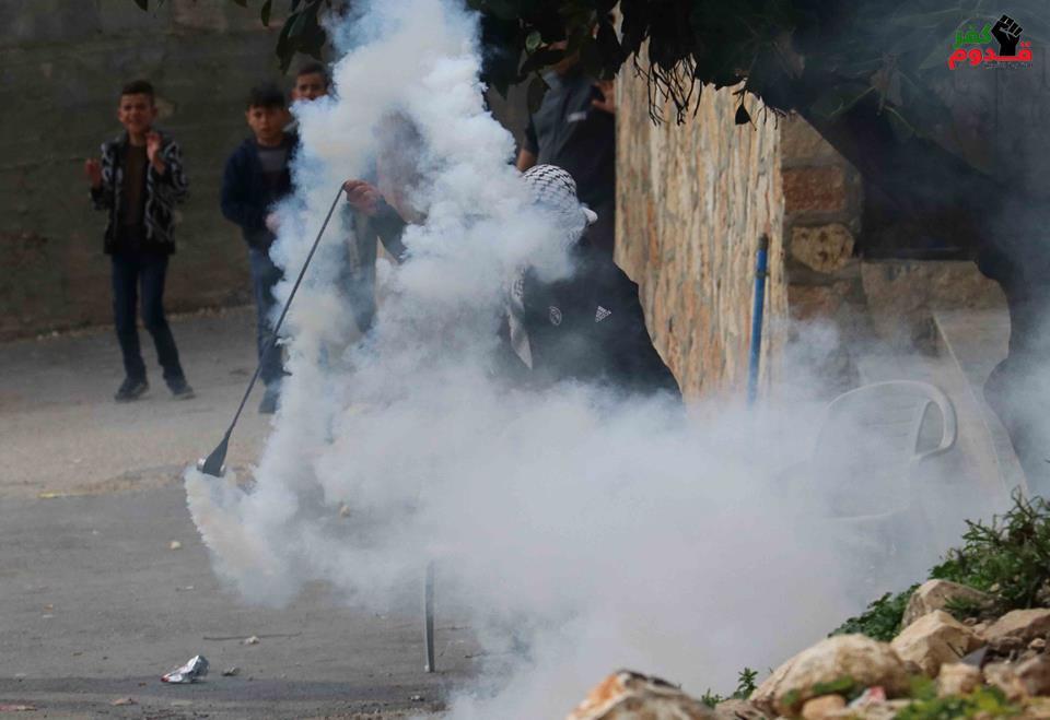 Scènes des affrontements entre les soldats de l'occupation et les jeunes Palestiniens dans le village de Kafr Qaddum dans la Cisjordanie occupée1