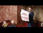 Un député français : Sebastien Nadot déploie une banderole «La France tue au Yémen» dans l'hémicycle de l'Assemblée Nationale pendant les questions au gouvernement