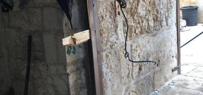 Pour la 5ème fois consécutive, les forces d'occupation israéliennes ferment les portes de la salle de prière de la Miséricorde à l'intérieur de la cour de la mosquée d'Al Aqsa, mais les palestiniens cassent les portes et accomplissent leurs prières.