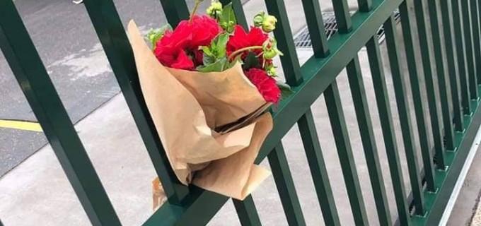 De belles personnes ont laissé des bouquets de fleurs dans les mosquées de Sydney en solidarité avec les victimes ..