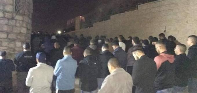 Les Palestiniens ont prié les prières de Isha (nuit) dans les rues de Jérusalem occupée après que les autorités israéliennes ont fermé toutes les portes de la mosquée d'Al-Aqsa et interdit les Palestiniens d'y entrer !