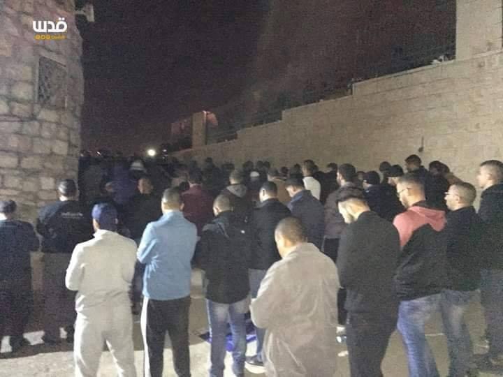 Les Palestiniens ont prié les prières de Isha (nuit) dans les rues de Jérusalem occupée