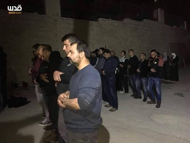 Les Palestiniens ont prié les prières de Isha (nuit) dans les rues de Jérusalem occupée&