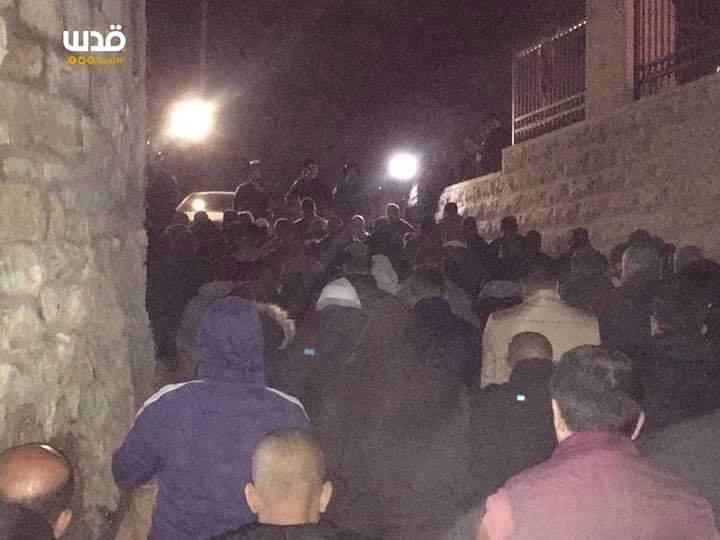 Les Palestiniens ont prié les prières de Isha (nuit) dans les rues de Jérusalem occupée1