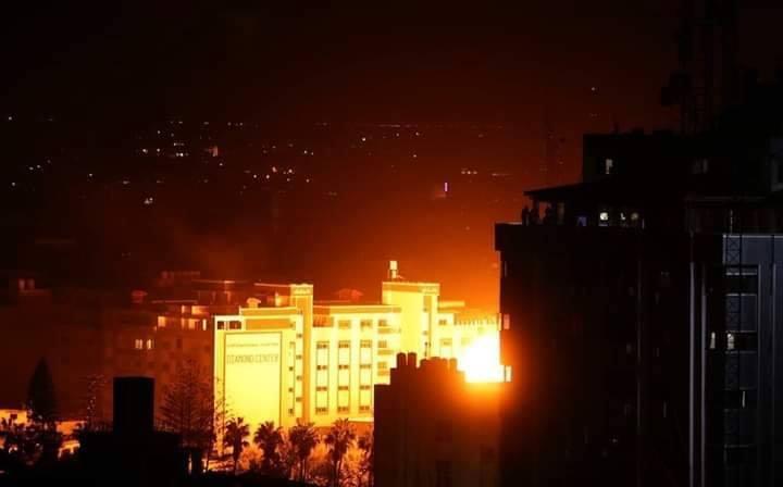 Les photos montrent le moment du bombardement d'une entreprise locale dans le centre de la bande de Gaza.