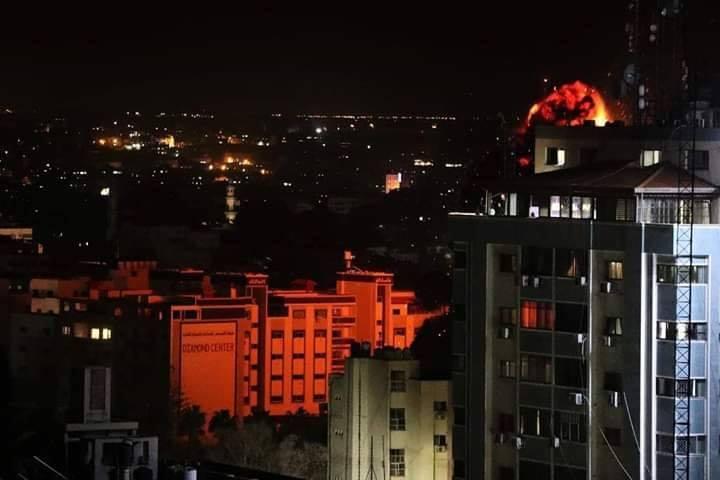 Les photos montrent le moment du bombardement d'une entreprise locale dans le centre de la bande de Gaza.1