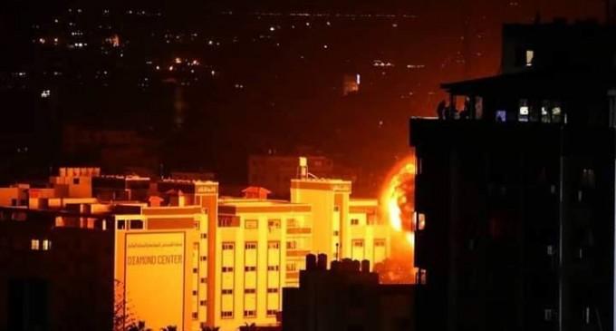 Gaza maintenant !  Les photos montrent le moment du bombardement d'une entreprise locale dans le centre de la bande de Gaza.