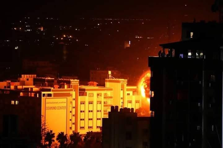 Les photos montrent le moment du bombardement d'une entreprise locale dans le centre de la bande de Gaza2