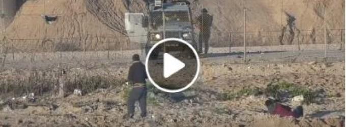 Un jeune homme courageux – il est touché à plusieurs reprises par des balles de sniper israéliennes, et pourtant il continue de se tenir face à son oppresseur.