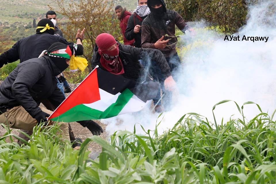 Avec des pierres plus fortes que les balles.. Les Palestiniens à Ramallah affrontent des soldats israéliens lourdement armés avec des pierres et du courage..