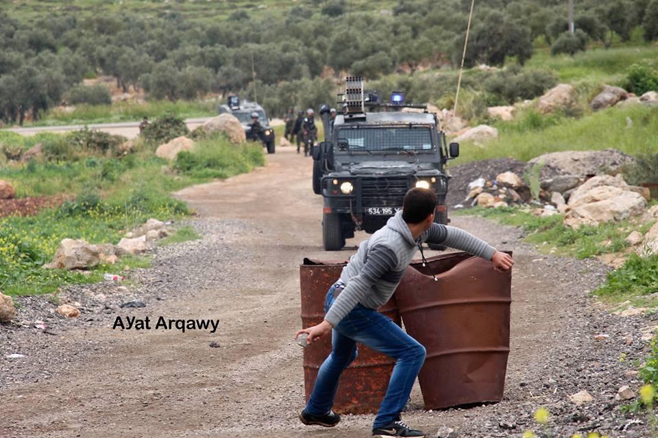 Avec des pierres plus fortes que les balles.. Les Palestiniens à Ramallah affrontent des soldats israéliens lourdement armés avec des pierres et du courage..1