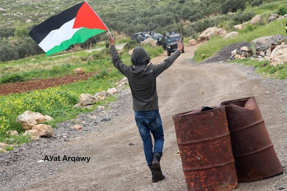 Avec des pierres plus fortes que les balles.. Les Palestiniens à Ramallah affrontent des soldats israéliens lourdement armés avec des pierres et du courage..3