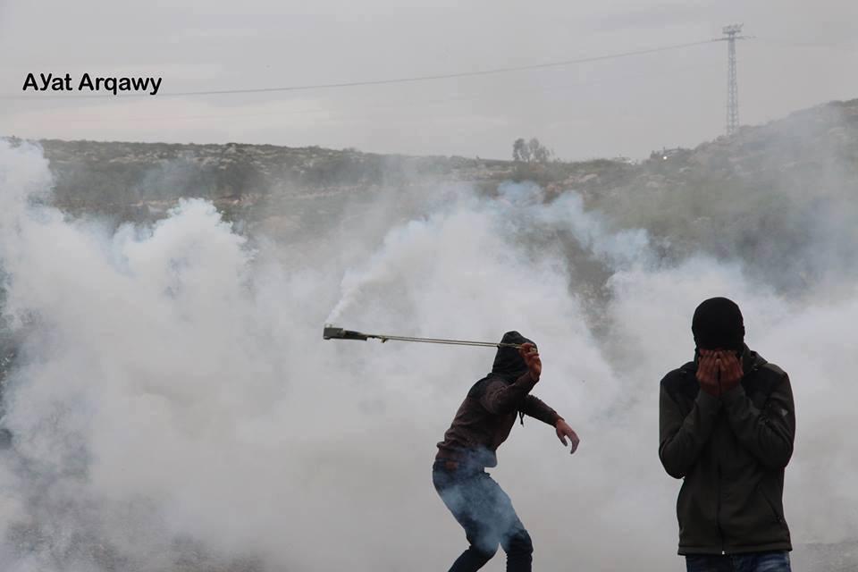 Avec des pierres plus fortes que les balles.. Les Palestiniens à Ramallah affrontent des soldats israéliens lourdement armés avec des pierres et du courage..4